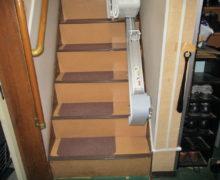 1.直線階段に折畳仕様の昇降機を設置