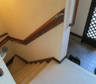 2.分割が2箇所ある180度曲がりの階段に設置