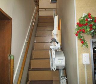 3.直線階段に折畳仕様の昇降機を設置